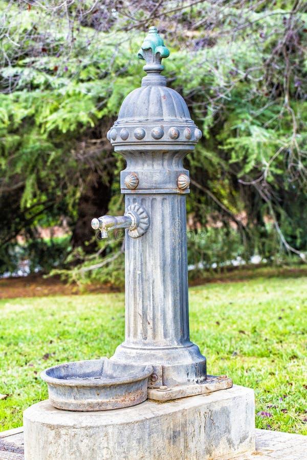 Fonte bebendo da água velha fotografia de stock