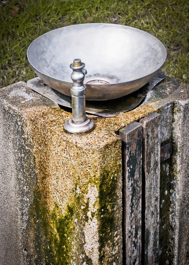 Fonte bebendo na coluna de pedra velha imagens de stock royalty free
