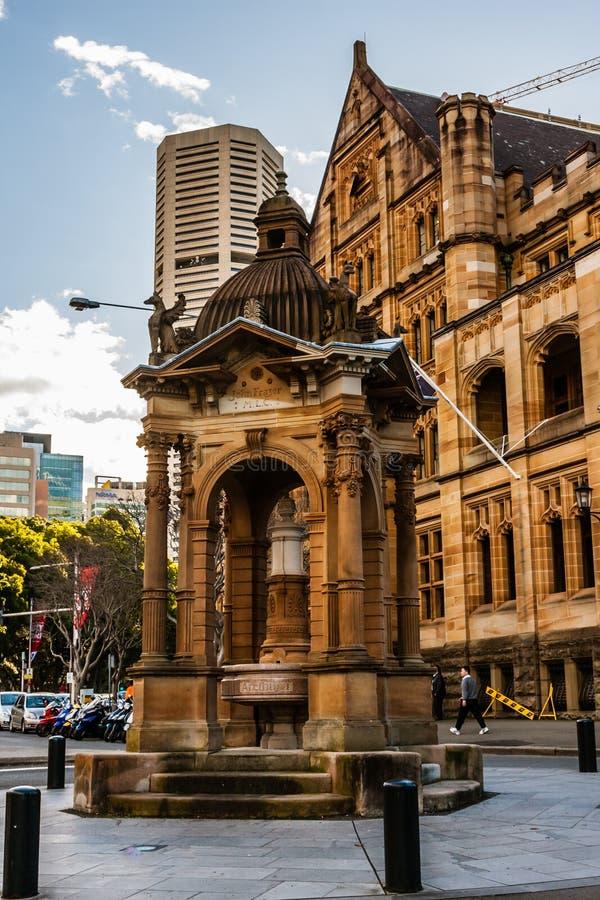 A fonte bebendo perto da igreja da catedral e da basílica menor da mãe imaculada do deus, ajuda dos cristãos, Sydney imagens de stock royalty free