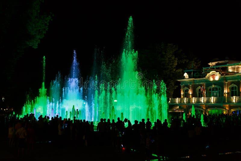 Fonte bonita na cidade de Krasnodar no fundo da avenida central imagens de stock royalty free