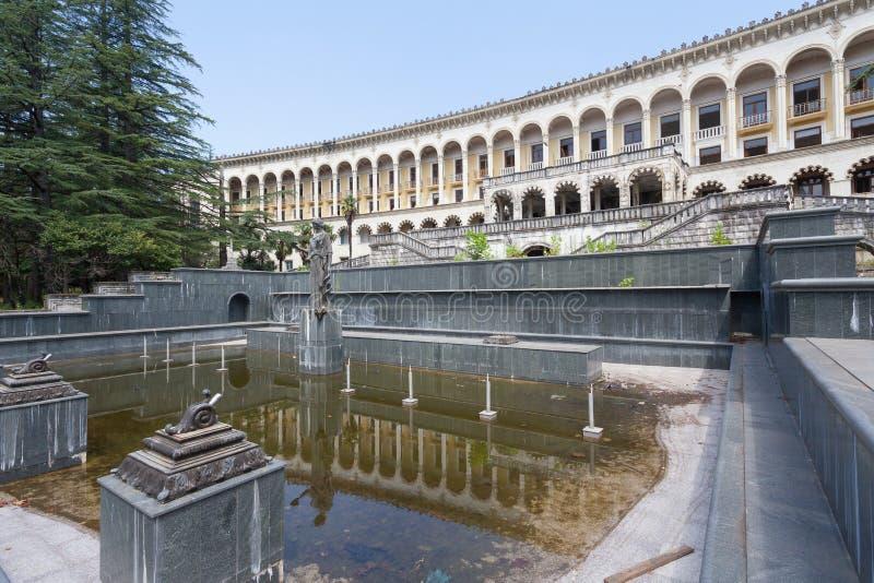 Fonte bonita na frente da construção do sanatório fotos de stock