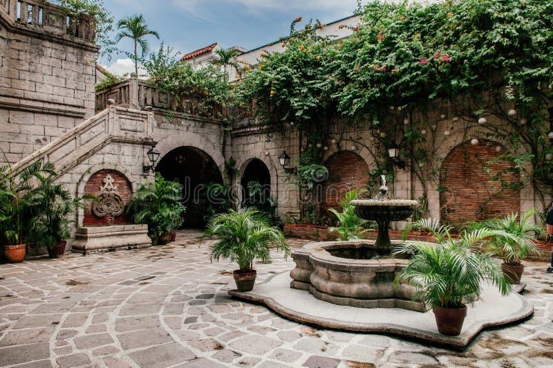 Fonte colonial espanhola da casa na casa Manila, Filipinas imagens de stock royalty free