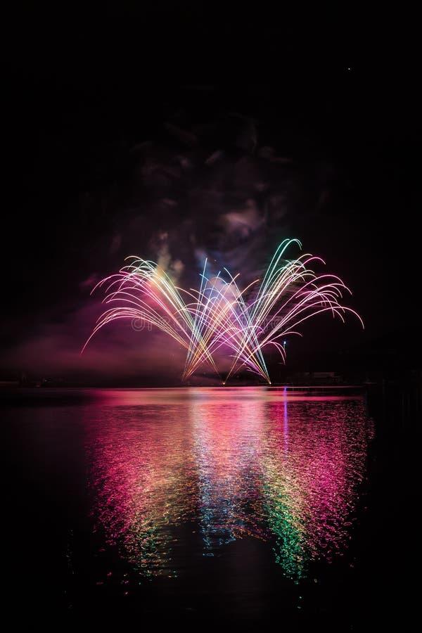 Fonte colorida nos fogos de artifício sobre a superfície da represa de Brno com reflexão do lago fotografia de stock