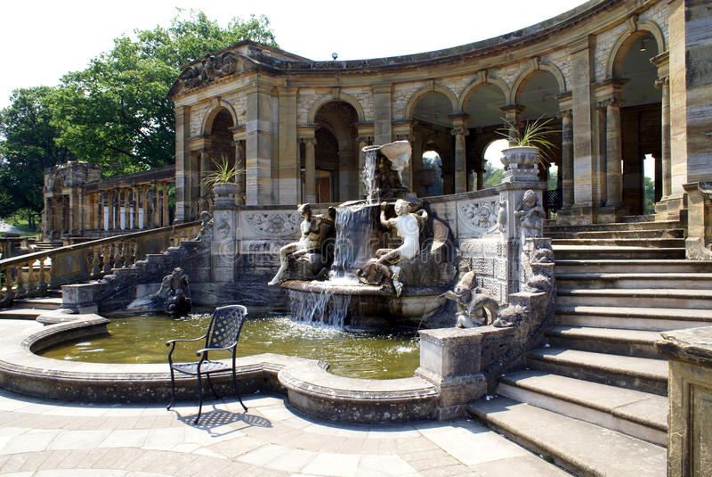 Fonte & colunata do castelo de Hever em Hever, Edenbridge, Kent, Inglaterra, Europa imagens de stock royalty free
