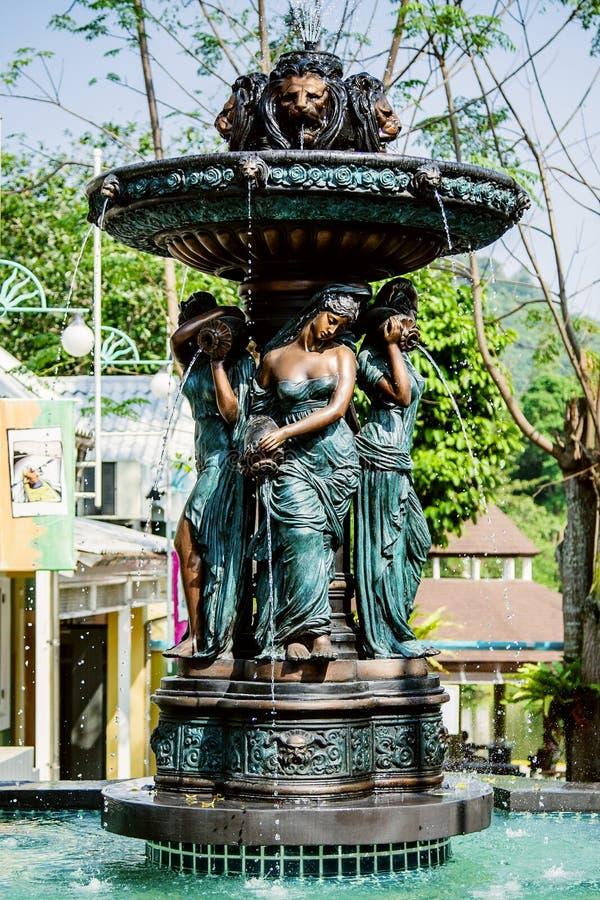 Fonte com estátua da mulher imagens de stock royalty free