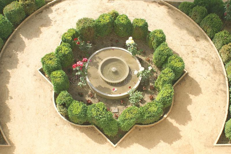 Fonte com topiary, Alhambra, Granada, Espanha foto de stock royalty free