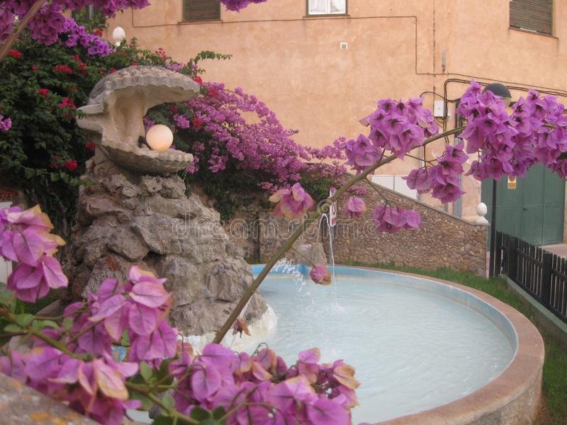 Fonte com um escudo e uma pérola em um jardim da cidade fotografia de stock royalty free