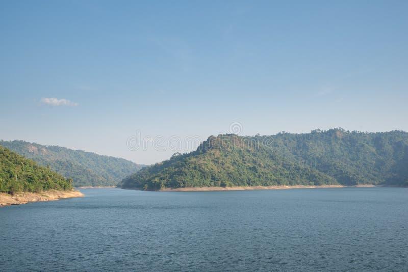 Fonte d'acqua della montagna, parte posteriore di Khun Dan Prakan Chon Dam, Nakhon Nayok, Tailandia immagini stock