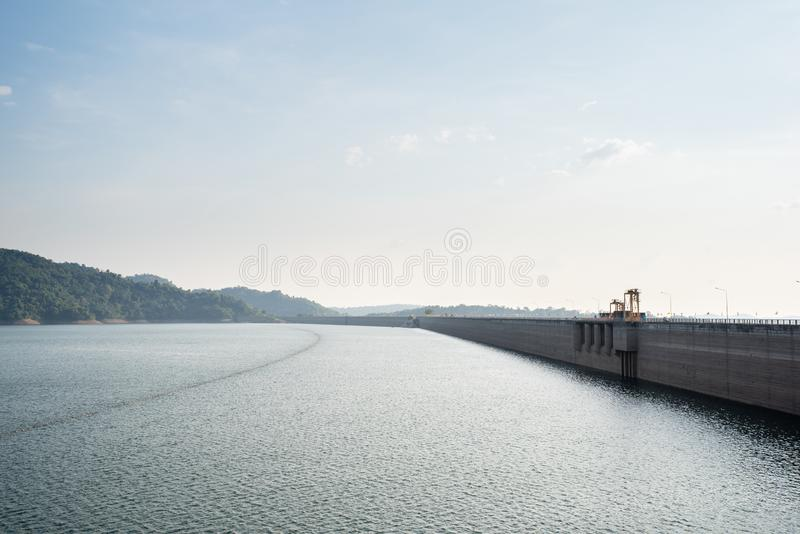 Fonte d'acqua della montagna, parte posteriore di Khun Dan Prakan Chon Dam, Nakhon Nayok, Tailandia immagine stock