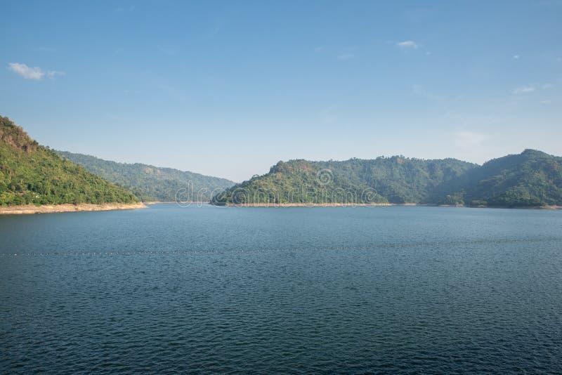Fonte d'acqua della montagna, parte posteriore di Khun Dan Prakan Chon Dam, Nakhon Nayok, Tailandia fotografie stock libere da diritti