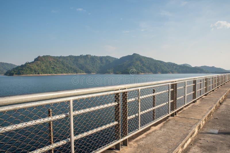 Fonte d'acqua della montagna, parte posteriore di Khun Dan Prakan Chon Dam, Nakhon Nayok, Tailandia immagine stock libera da diritti