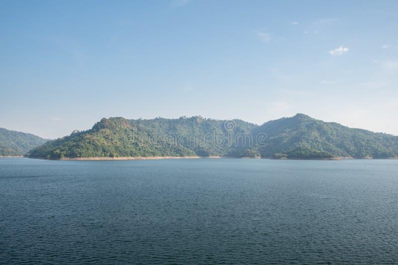 Fonte d'acqua della montagna, parte posteriore di Khun Dan Prakan Chon Dam, Nakhon Nayok, Tailandia fotografia stock libera da diritti