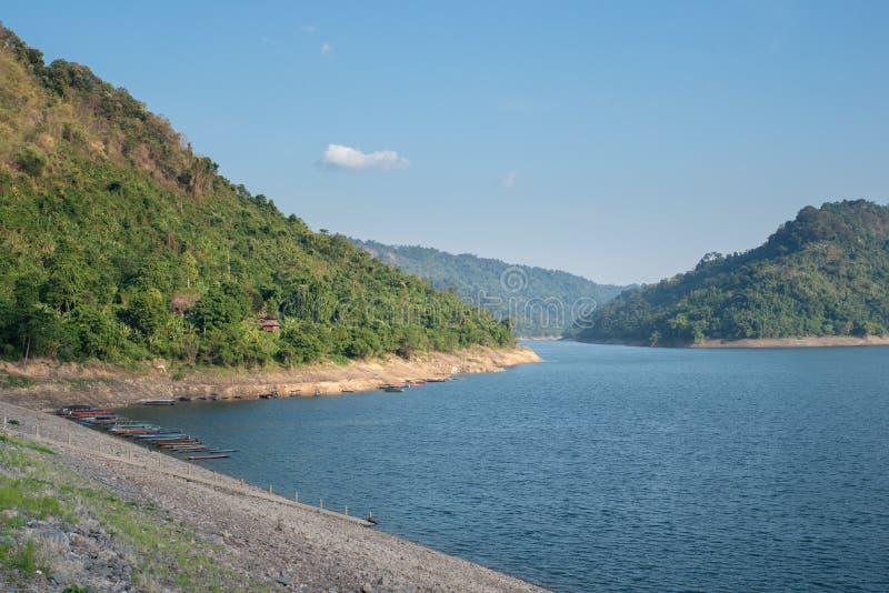 Fonte d'acqua della montagna, parte posteriore di Khun Dan Prakan Chon Dam, Nakhon Nayok, Tailandia fotografie stock