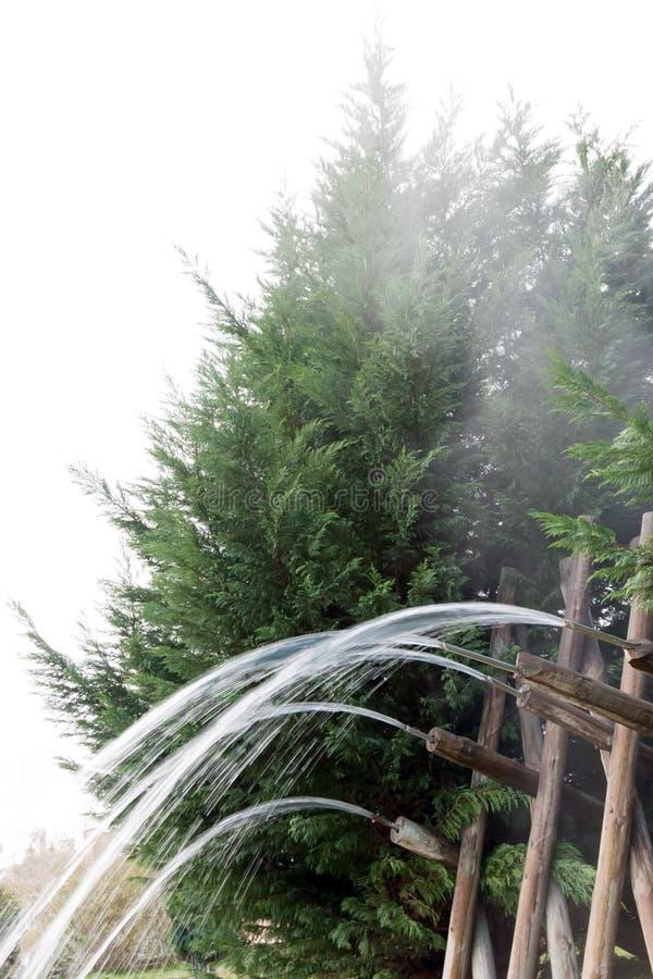 Fonte d'acqua di legno   fotografie stock