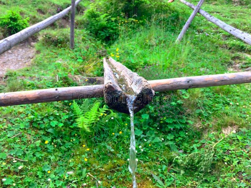 Fonte d'acqua nelle montagne immagine stock