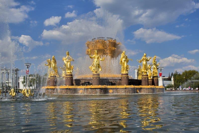 A fonte da amizade dos povos no parque de VDNKh em Moscou Ideia ensolarada de surpresa da arquitetura sovi?tica, marco de Moscou imagem de stock