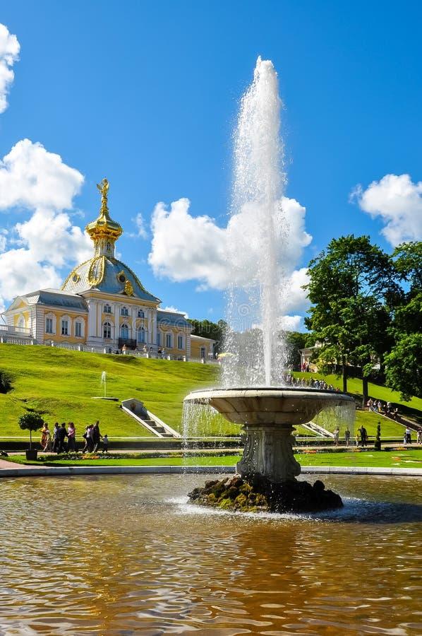 A fonte da bacia e a capela ocidental de Peterhof estacionam, St Petersburg, Rússia fotografia de stock
