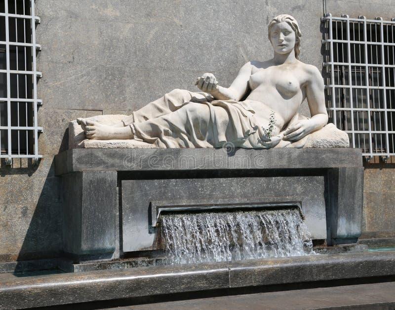 Fonte da cidade de Turin com a estátua grande de uma mulher que representa foto de stock royalty free