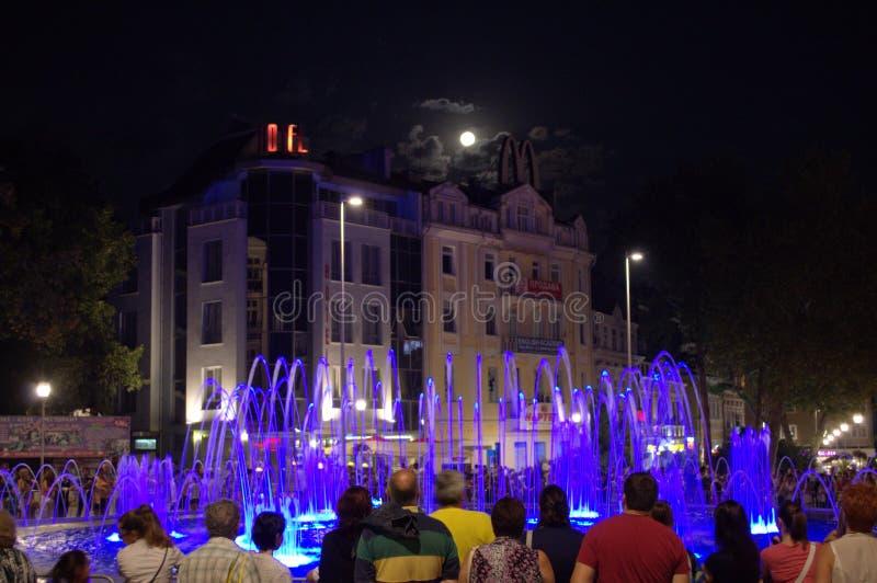 Fonte da cidade e céu roxos da lua do tolo fotos de stock