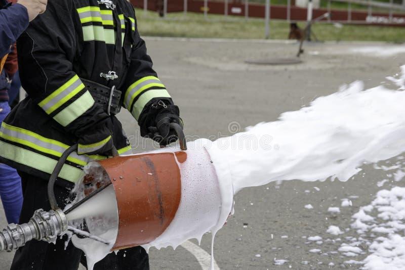 Fonte da espuma de um gerador de espuma, fogo - extinguir a espuma voa do gerador de espuma, que mant?m o bombeiro no combate foto de stock royalty free