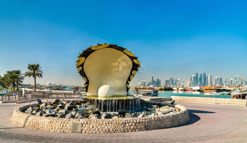Fonte da ostra e da pérola no passeio do beira-mar de Corniche em Doha, Catar imagem de stock