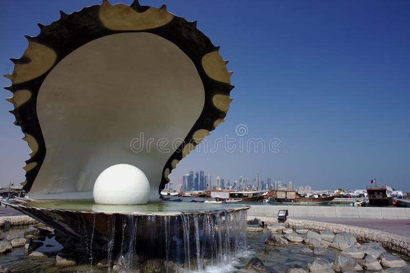 Fonte da ostra e skyline de Doha fotos de stock