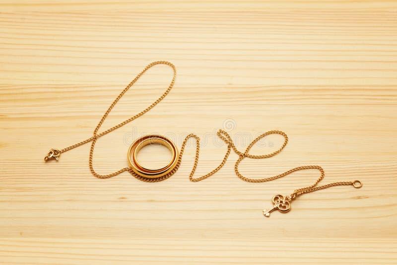 Fonte da palavra do amor da rotulação da corrente com pares dos anéis imagem de stock
