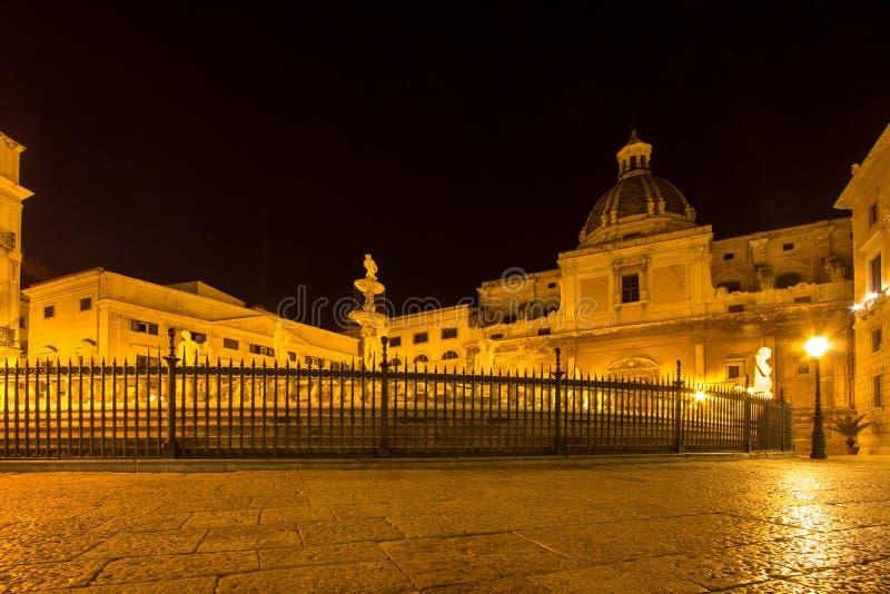 Fonte da vergonha na praça Pretoria na noite, Palermo, Itália imagens de stock royalty free