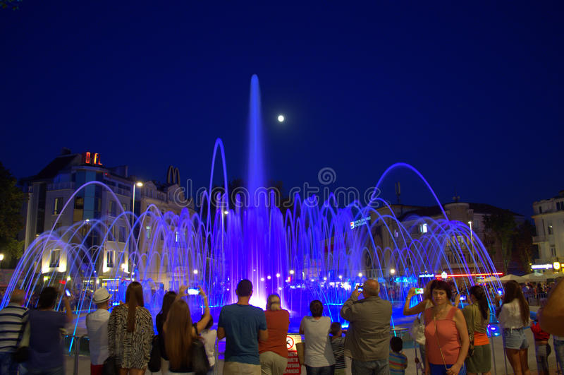 Fonte de água azul da noite foto de stock