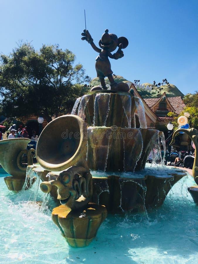 Fonte de água do rato de Mickey em Disneylândia foto de stock