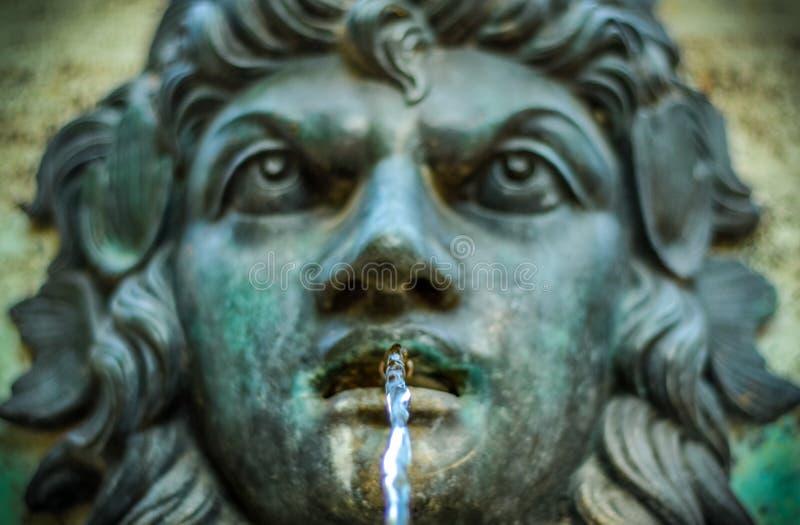Fonte de água do vintage imagens de stock royalty free