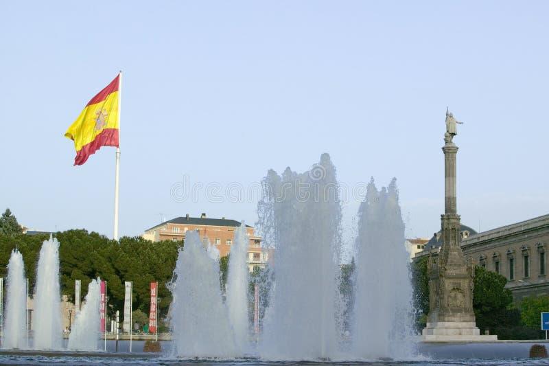 A fonte de água e a bandeira espanhola acenam atrás da estátua de Christopher Columbus no ½ n do ¿ de Plaza de Colï no Madri, Esp imagem de stock royalty free