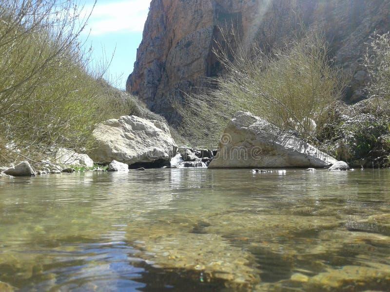 fonte de água e das rochas brancas imagem de stock