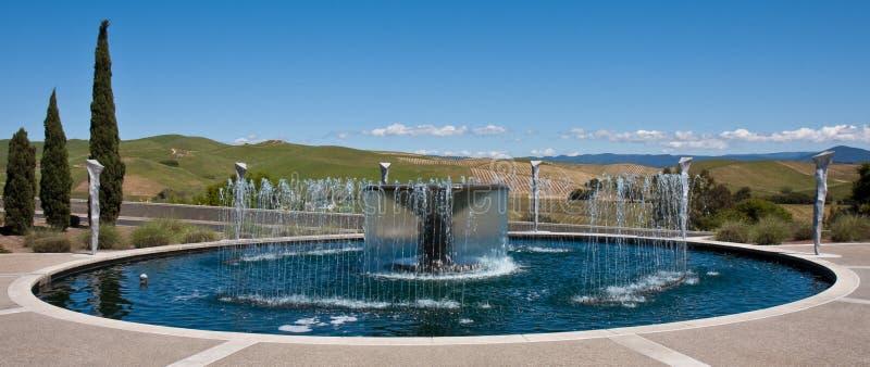 Fonte de água em uma adega de Napa Valley imagens de stock royalty free