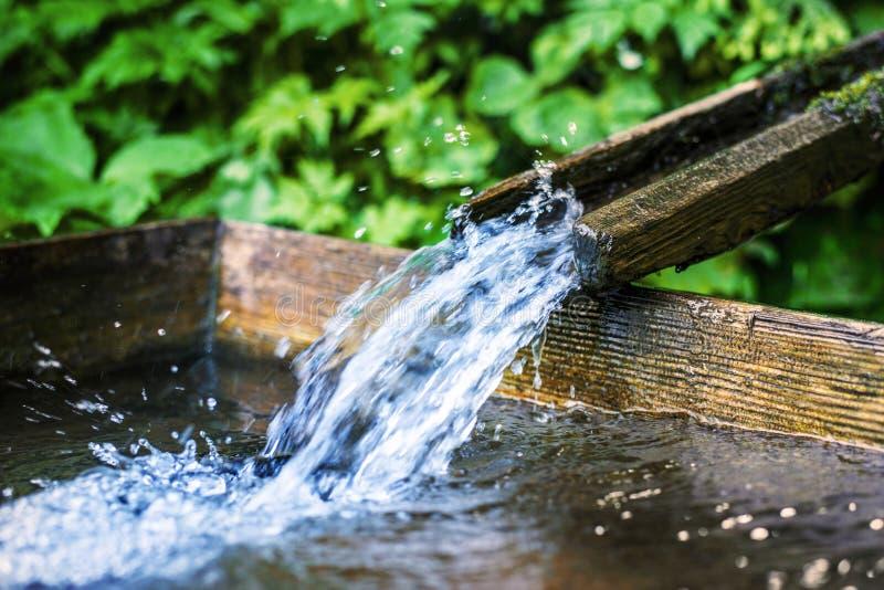 Fonte de água de madeira imagens de stock