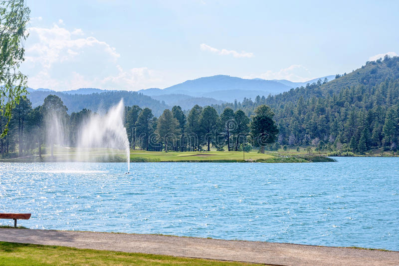Fonte de água no parque de Ruidoso fotos de stock