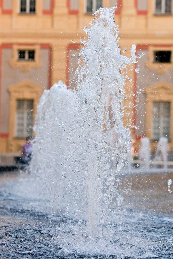 Fonte de água no quadrado principal de Genoa imagens de stock