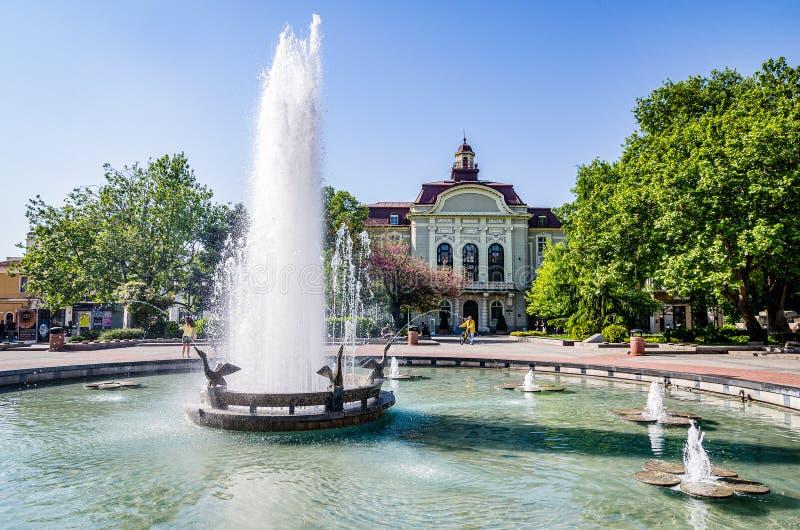 Fonte de água no quadrado principal em Plovdiv, Bulgária imagens de stock