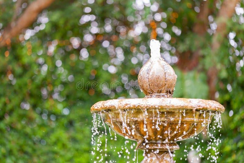 Fonte de água redonda do jardim estratificado imagem de stock royalty free