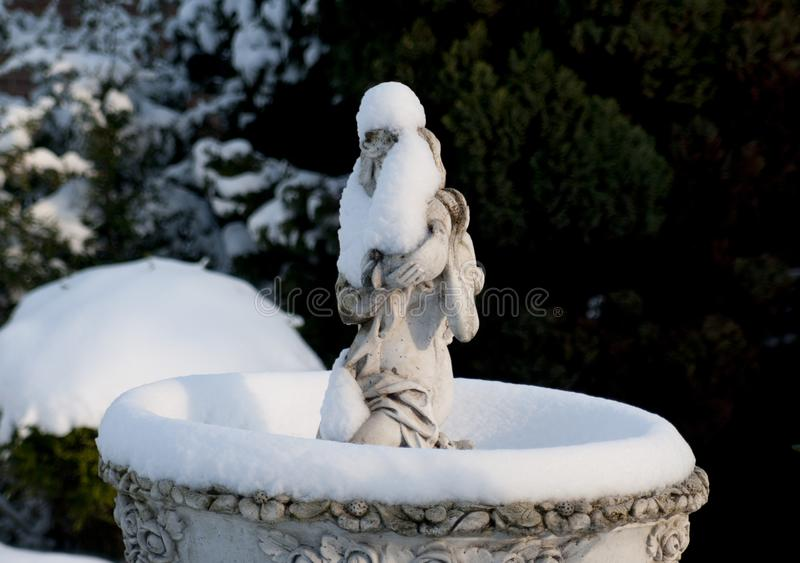 Fonte de água tampada neve foto de stock royalty free