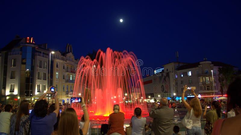 Fonte de água vermelha na noite fotos de stock royalty free