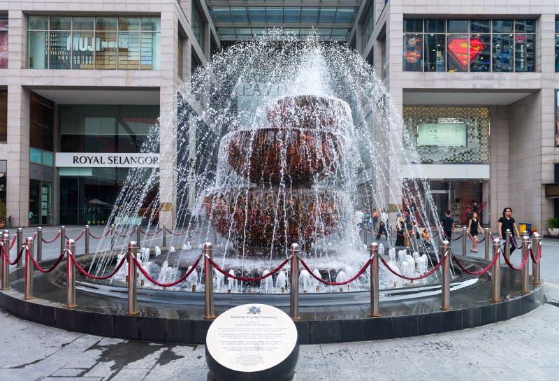 Fonte de cristal na parte dianteira do shopping de Pavillion fotografia de stock royalty free