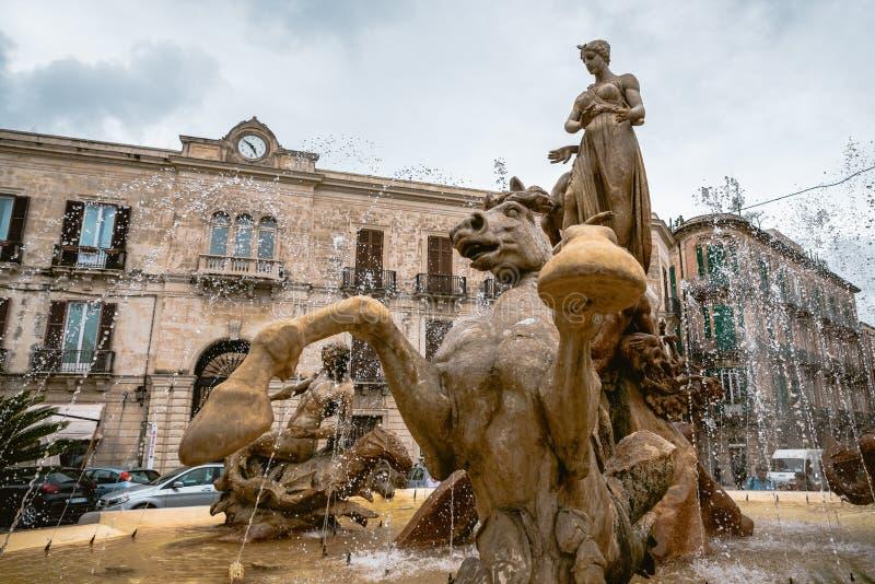 Fonte de Diana na cidade velha Ortigia de Siracuse Sicília, Itália do sul foto de stock