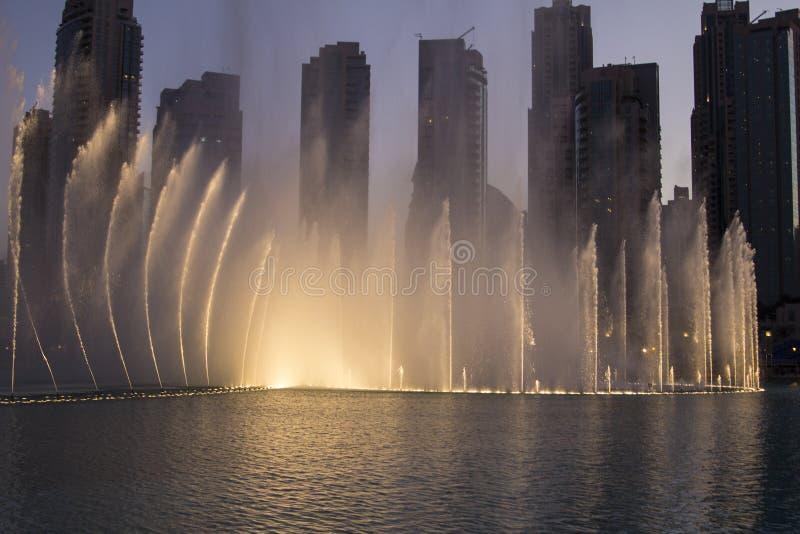 Fonte de Dubai no crepúsculo foto de stock royalty free