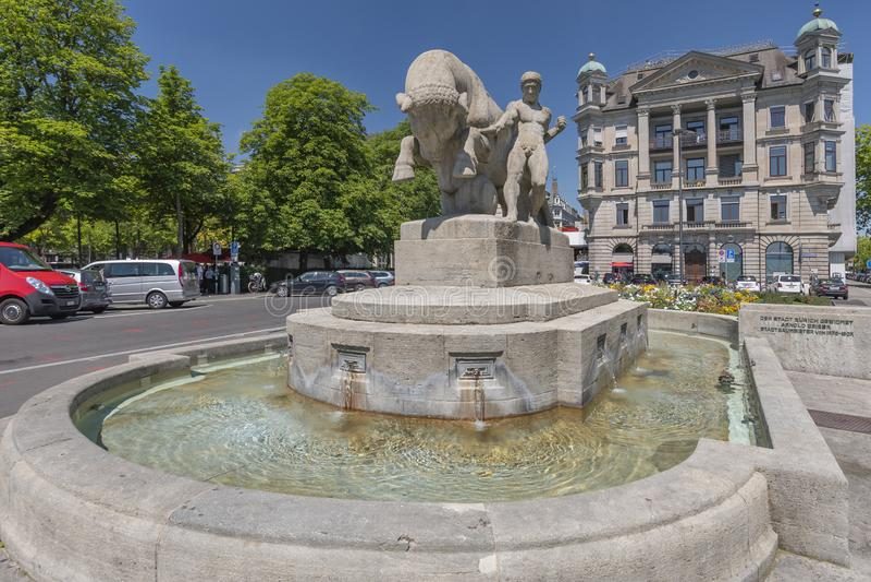 Fonte de Geiserbrunnen na praça Burkliplatz em Zurique, Suíça imagem de stock royalty free