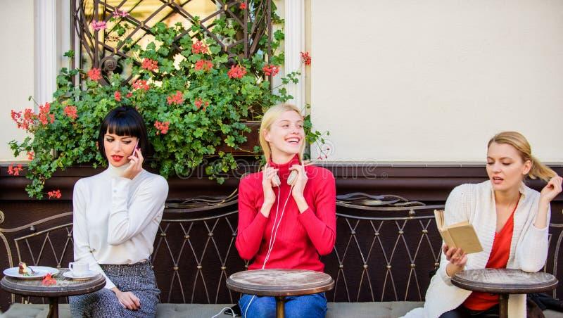 Fonte de informa??o Lazer f?mea O fim de semana relaxa e lazer Passatempo e lazer Interesses diferentes Grupo consideravelmente imagens de stock royalty free