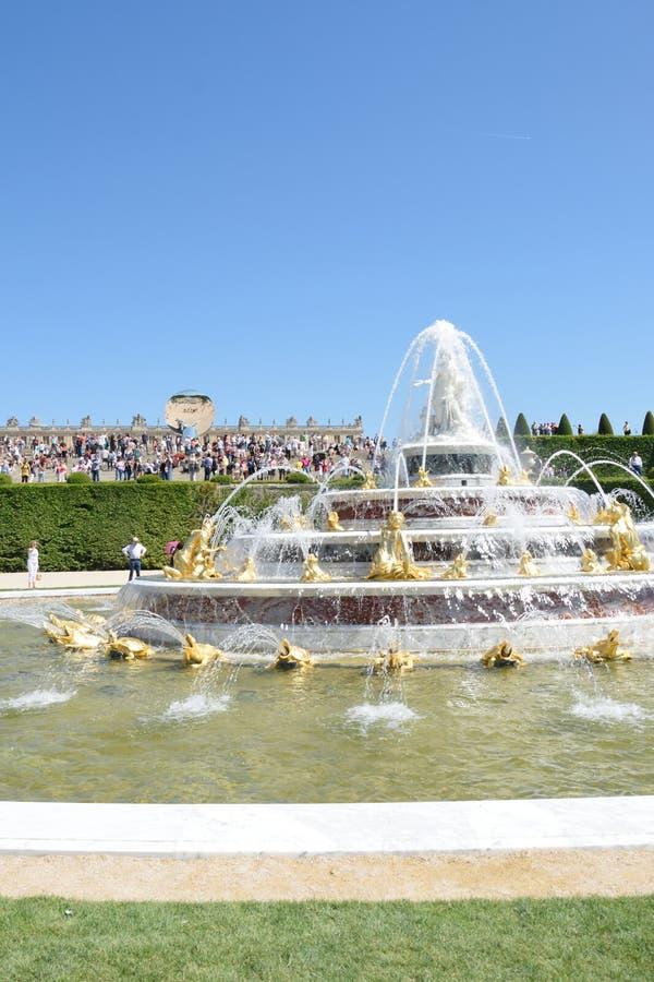Fonte de Latona no palácio de Versalhes com a multidão no fundo no aspecto do retrato fotos de stock royalty free