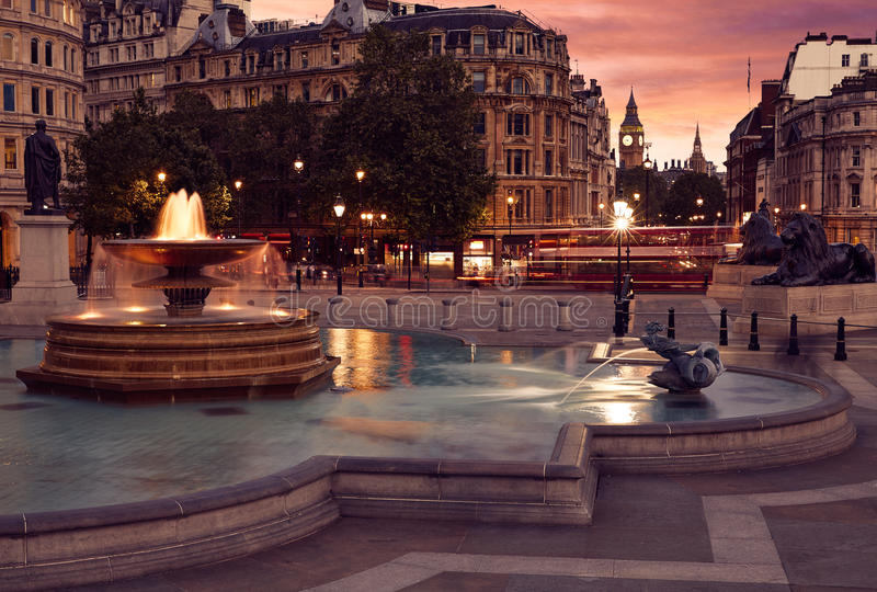 Fonte de Londres Trafalgar Square no por do sol foto de stock