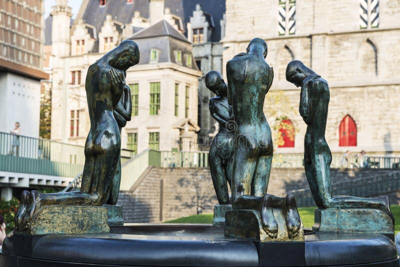 Fonte de meninos de ajoelhamento em Ghent, Bélgica imagem de stock