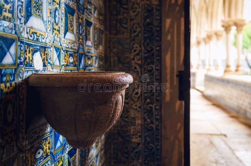Fonte de pedra antiga da água santamente em uma capela de um monastério português medieval imagens de stock